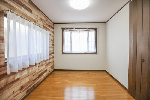 2階の洋室6帖のお部屋です。クロス張り替え済み、出窓のお部屋です。現地(2021年4月20日)撮影