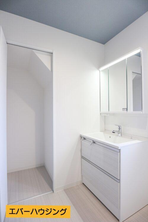 洗面所には洗面台と、収納棚もございます。クロス全て貼り替え済み、洗面台新調済みです。