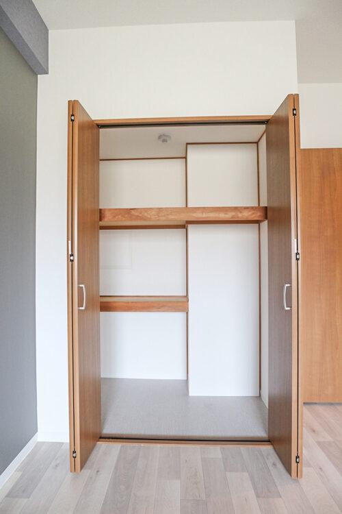 各洋室にはクローゼット収納がございます。