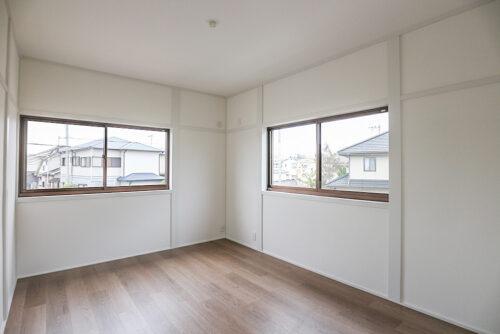 2階の洋室6帖(南側)のお部屋です。各居室にはクローゼット収納もございます。