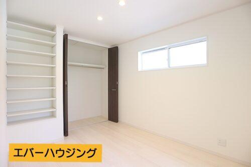 洋室6帖のお部屋。壁には嬉しい収納棚付きです。