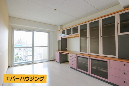洋室6帖のお部屋です。壁一面には収納棚を設置しています。