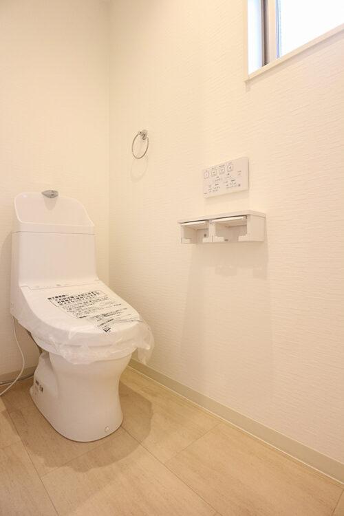 洗浄機能付きの高機能トイレです。現地(2021年8月)撮影