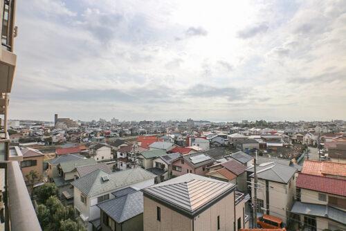 バルコニーからの眺望です。天気のいい日は淡路島や海も見えますよ♪