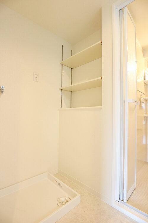 室内洗濯機置き場には便利な棚もございます。現地(2021年9月)撮影
