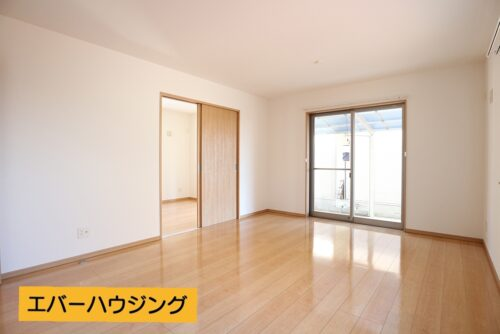LDK15帖です。全室クロス張り替え済みです。築浅なのでお部屋も綺麗にお使いいただいています。