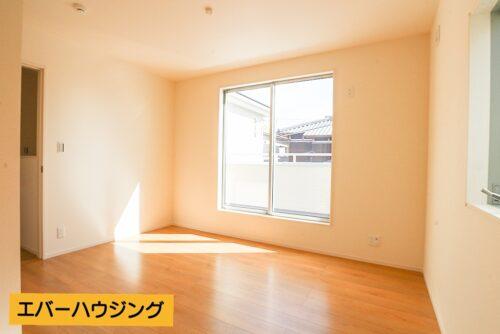 洋室です。ナチュラルな内装なので家具の色を合わせやすいです。
