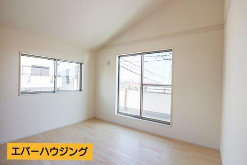 洋室7帖。勾配天井で、開放的な空間に。 窓からは、明石海峡大橋が望めます。